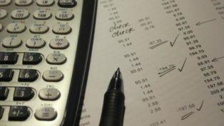 会計・電卓とペンのイメージ